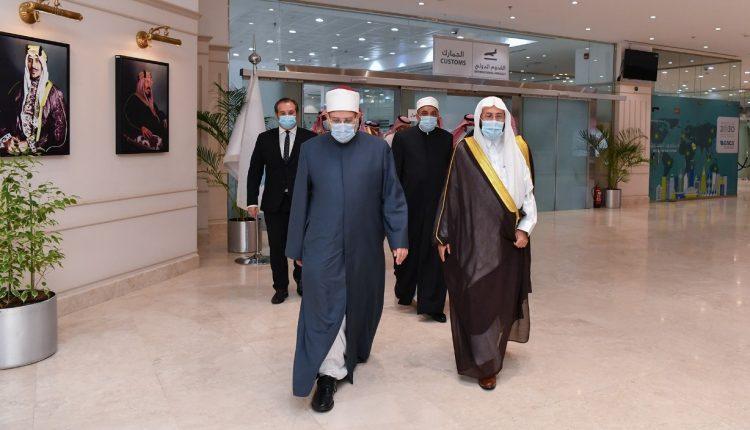 وزيرا الأوقاف المصرى والسعودى فى مطار جدة